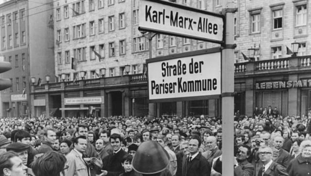Bundesarchiv_Bild_183-K0408-0301-001,_Berlin,_Namensgebung_Straße_der_Pariser_Kommune 1971