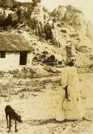 1890-mujer-con-cantaro-y-perro-flaco-agn