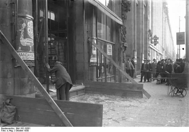 Berlin, Demolierte Schaufenster bei Wertheim